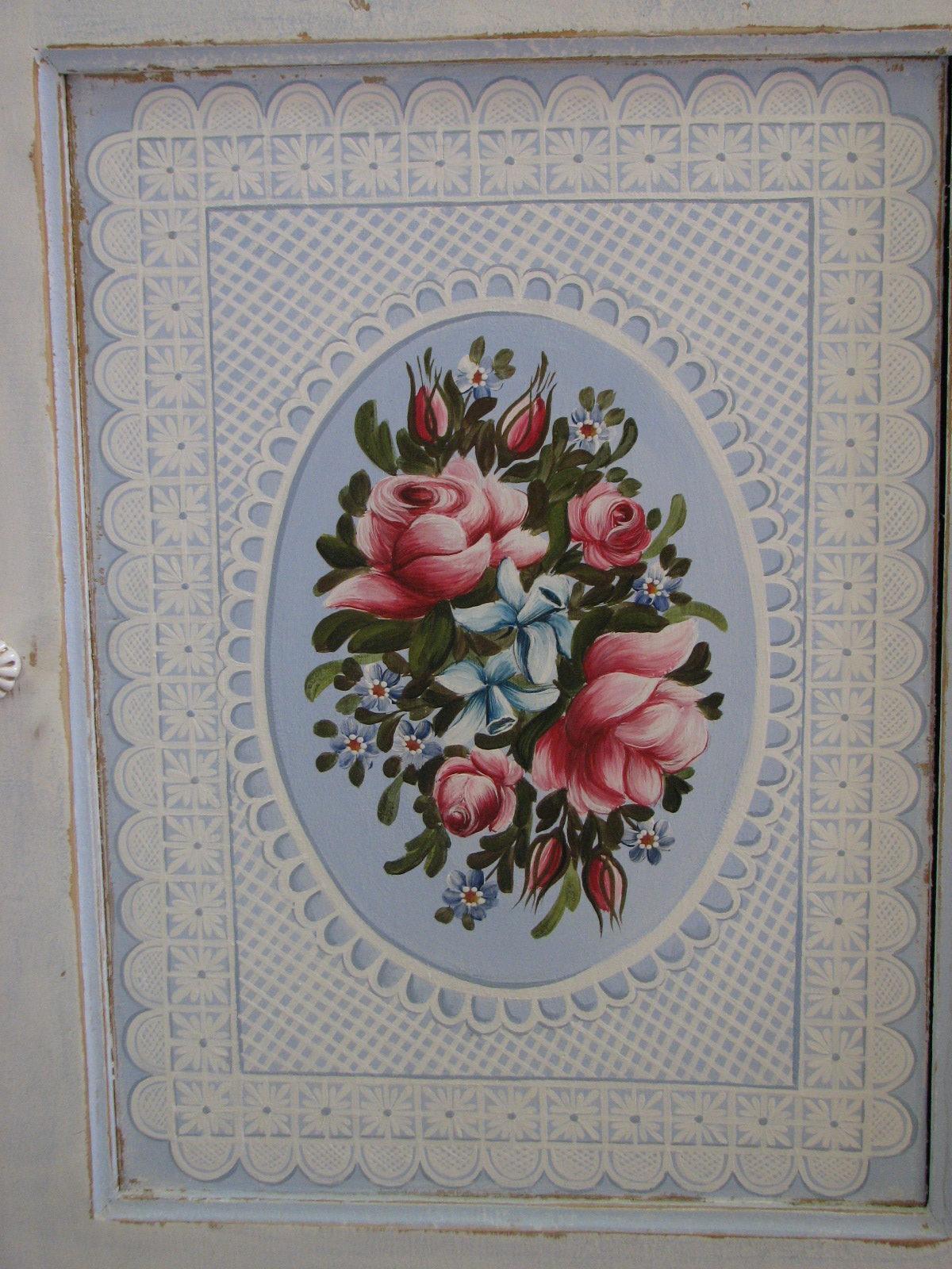 Romantická malovaná skříňka modro-bílá s růžemi přední část