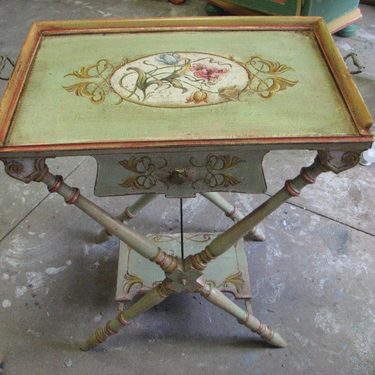 Secesní malovaný stolek s ornamenty a vyobrazením tulipánů