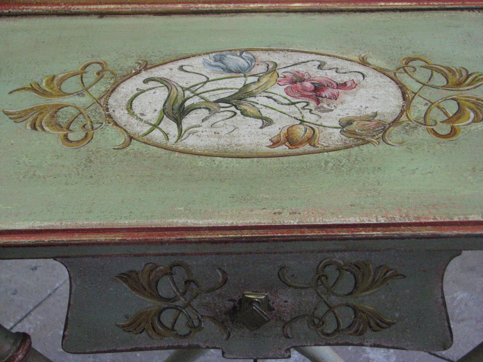 Secesní malovaný stolek s ornamenty a vyobrazením tulipánů detail