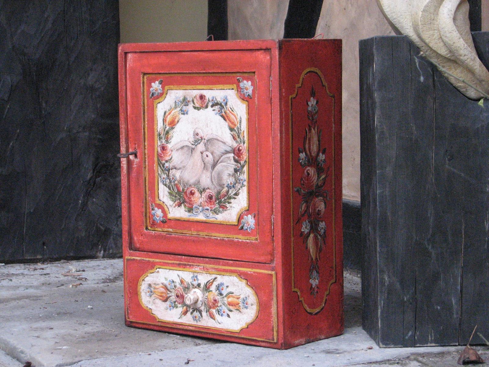 Malovaná dřevěná skříňka červená s holubicí