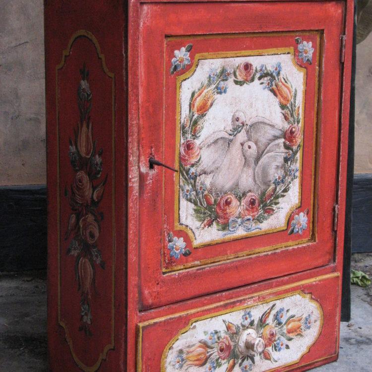 Malovaná dřevěná skříňka se šuplíkem červená