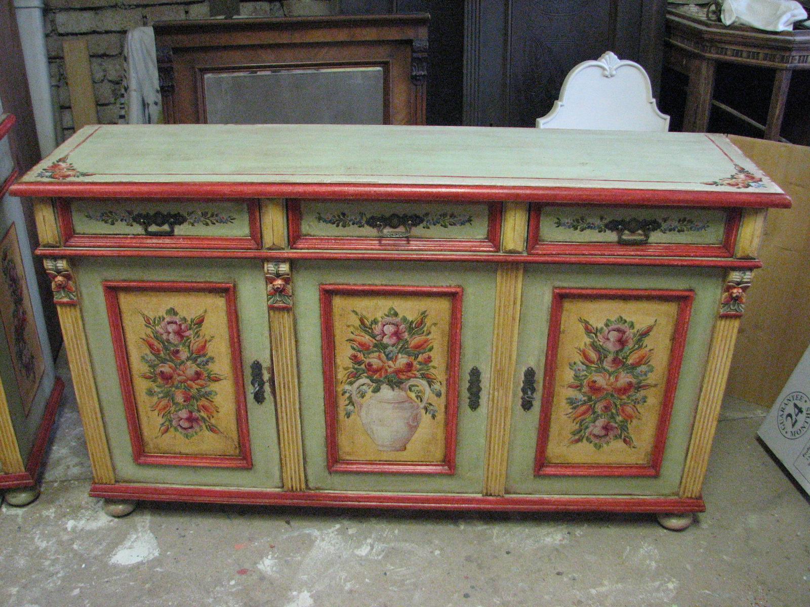 Malovaná dvířková komoda se třemi zásuvkami světle zelená 2