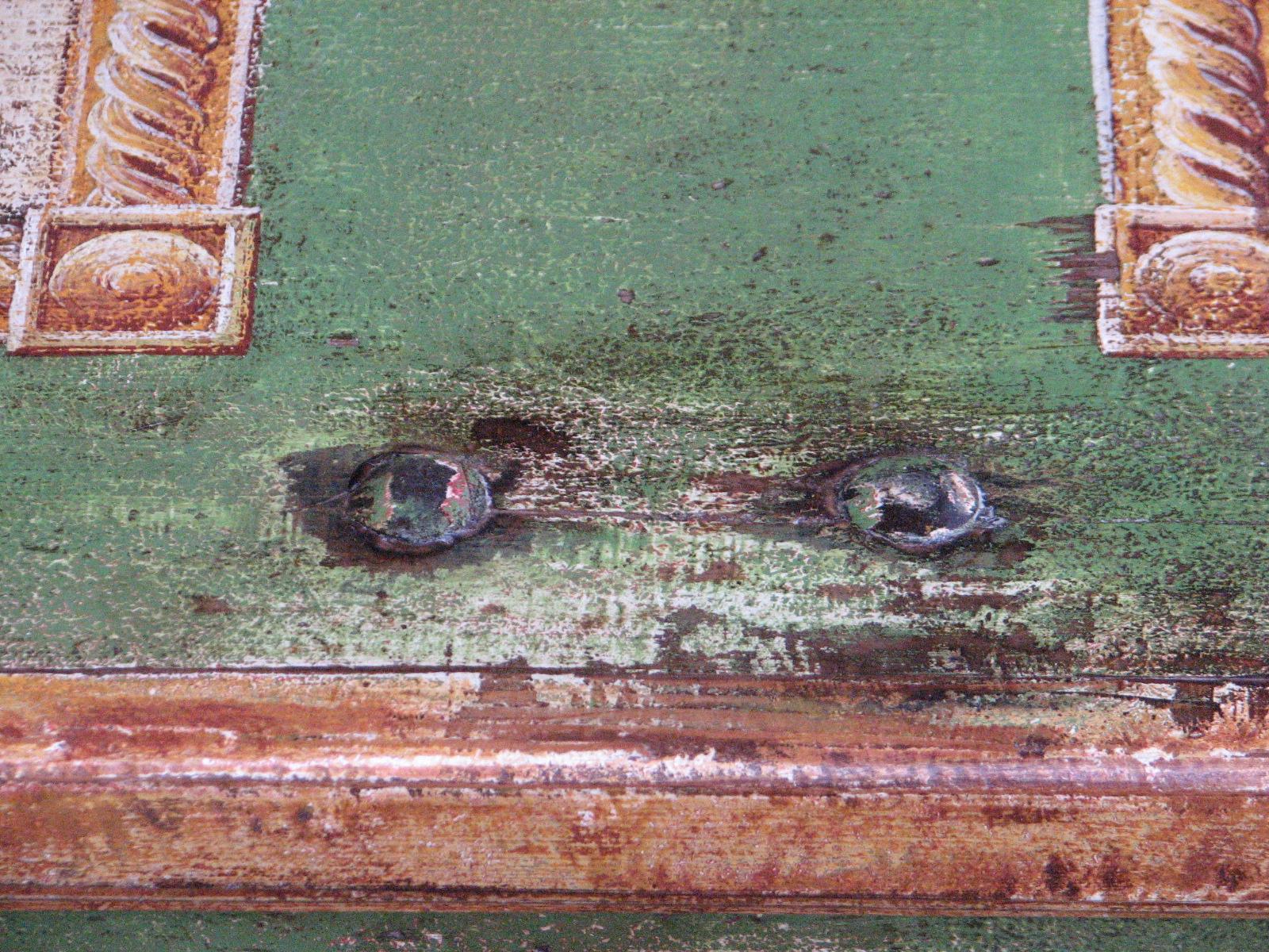 Malovaná selská truhla tmavě zelená s květinami ve váze detail