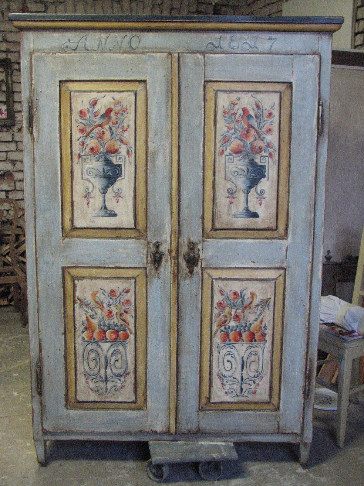 Šedomodrá malovaná selská skříň s motivem květin ve váze