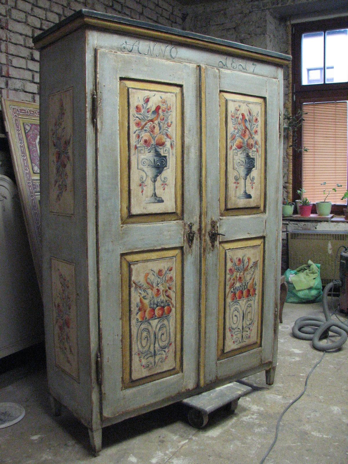 Šedomodrá malovaná selská skříň s motivem květin ve váze 3