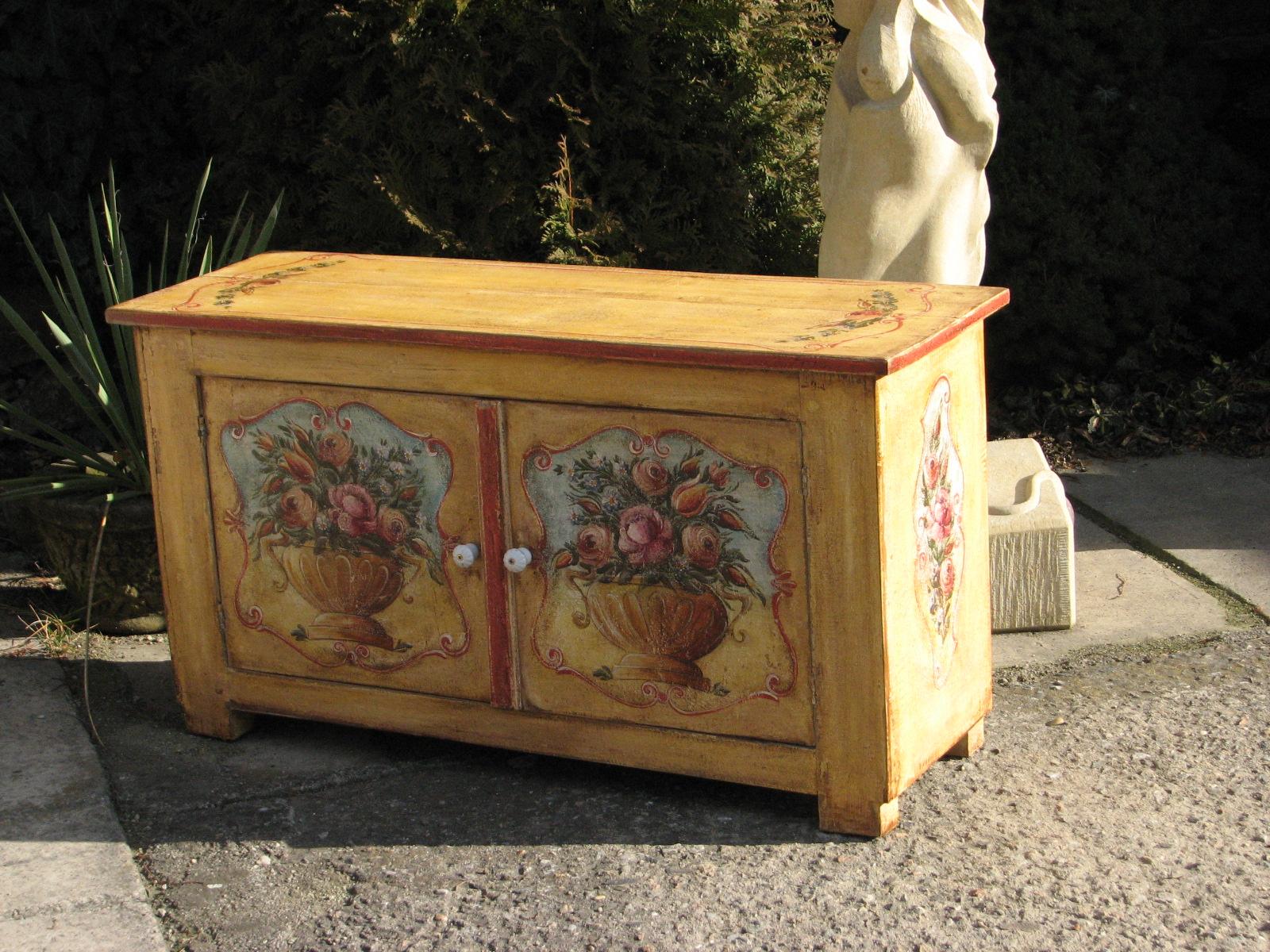 Žlutá květinová malovaná skříňka dvoudveřová 2