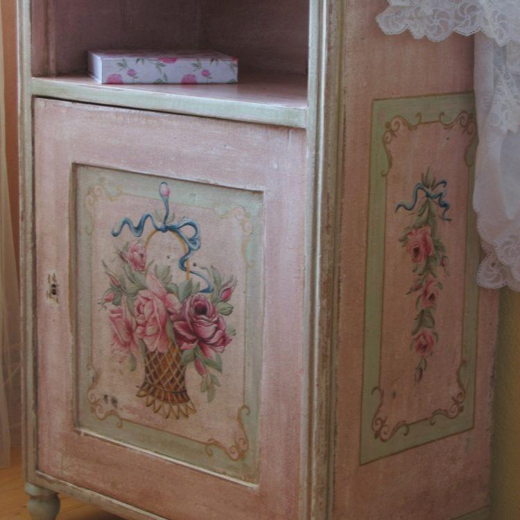 Romatický malovaný růžový noční stolek s košíkem květin