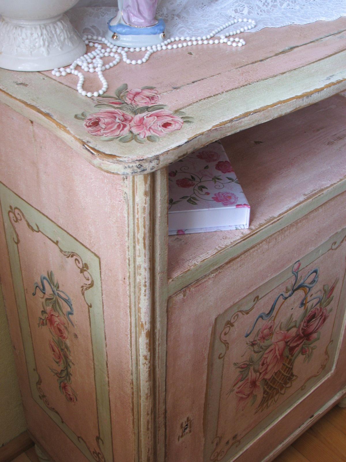 Romatický malovaný růžový noční stolek s košíkem květin detail