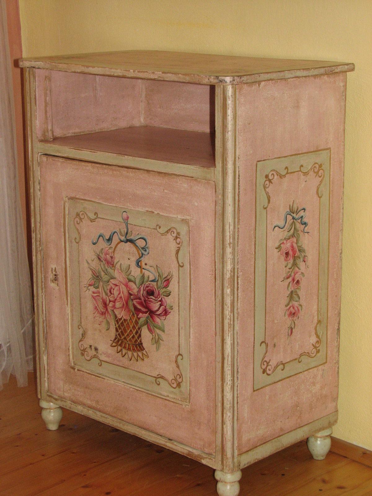 Romatický malovaný růžový noční stolek s košíkem květin 2
