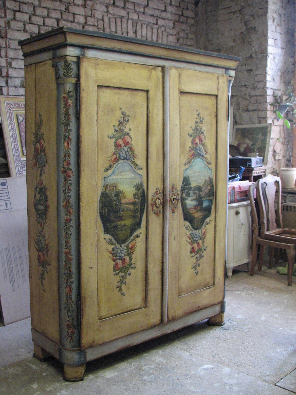 Velmi zdobná malovaná skříň dvoudvéřová s krajinomalbou s dekorací květin