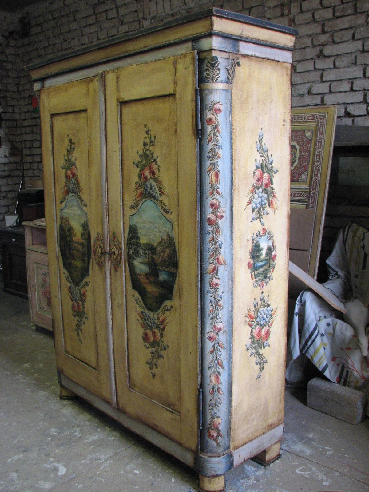 Velmi zdobná malovaná skříň dvoudvéřová s krajinomalbou s dekorací květin pravý bok