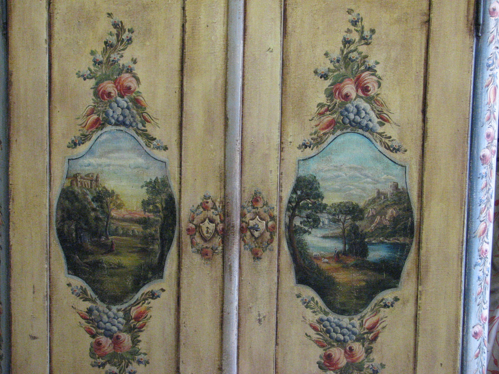 Velmi zdobná malovaná skříň dvoudvéřová s krajinomalbou s dekorací květin detail