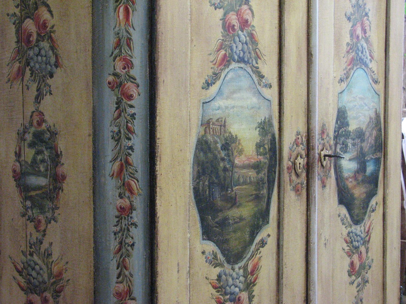 Velmi zdobná malovaná skříň dvoudvéřová s krajinomalbou s dekorací květin detail 2