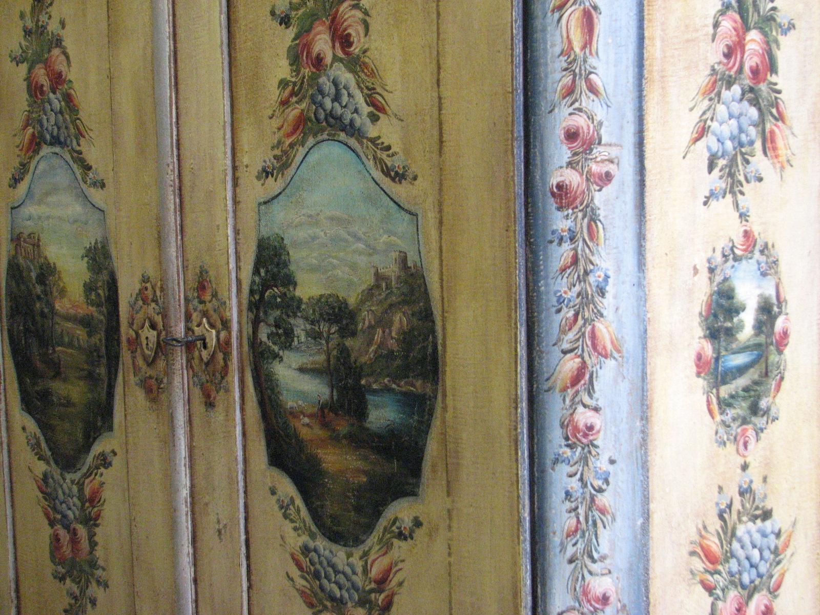 Velmi zdobná malovaná skříň dvoudvéřová s krajinomalbou s dekorací květin detail 3
