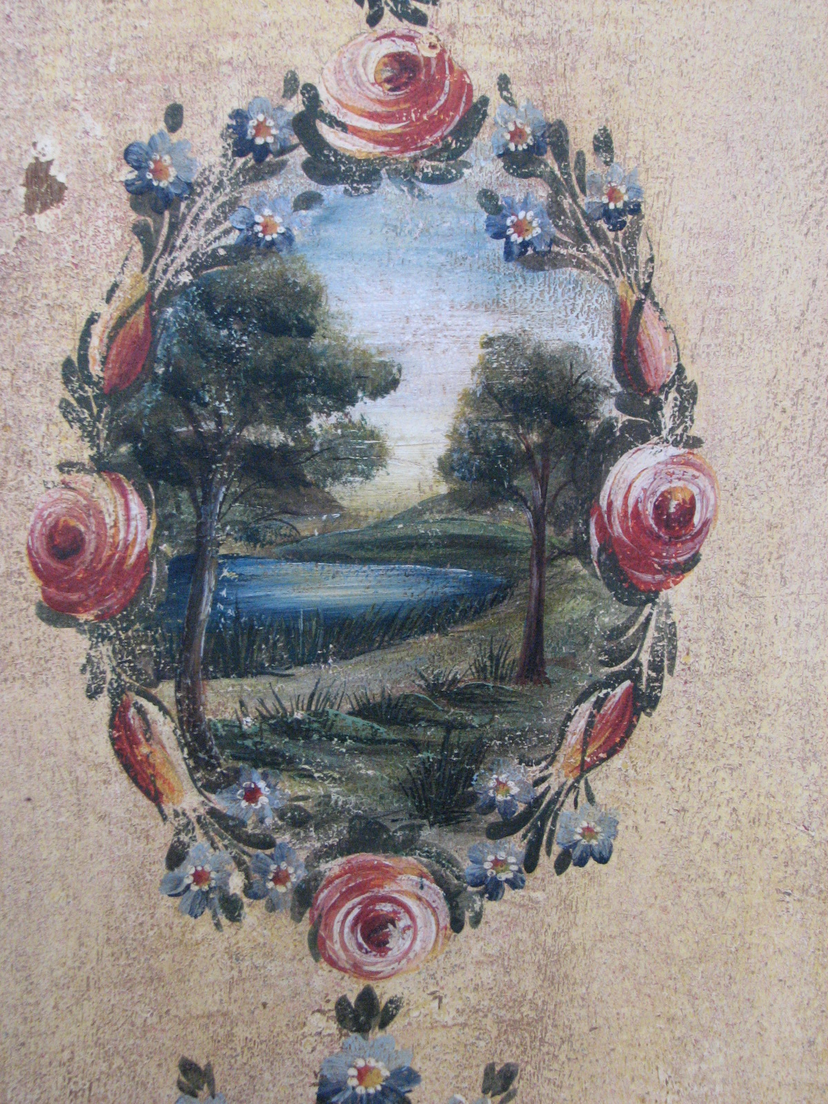 Velmi zdobná malovaná skříň dvoudvéřová s krajinomalbou s dekorací květin detail 4