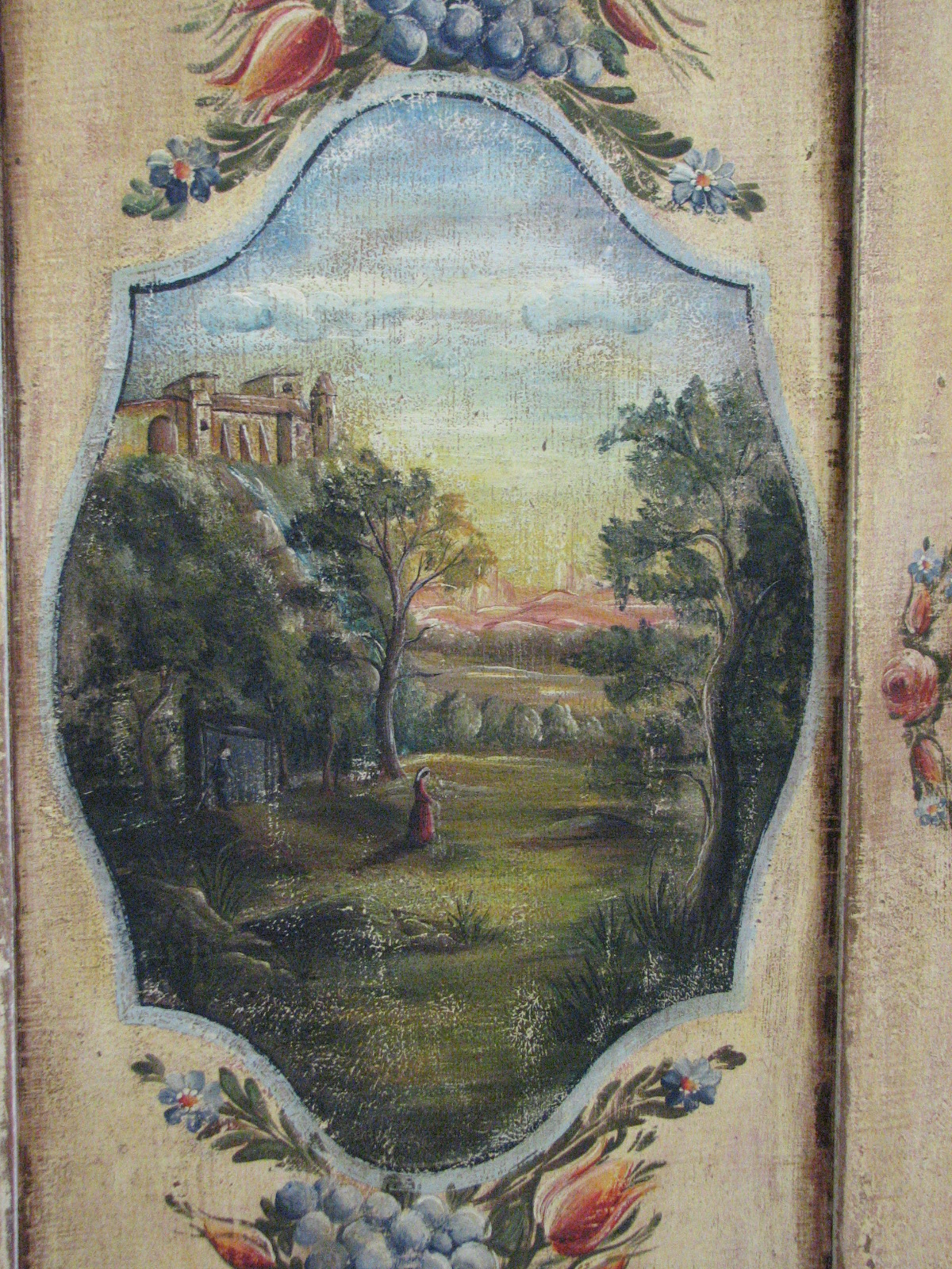 Velmi zdobná malovaná skříň dvoudvéřová s krajinomalbou s dekorací květin detail 7