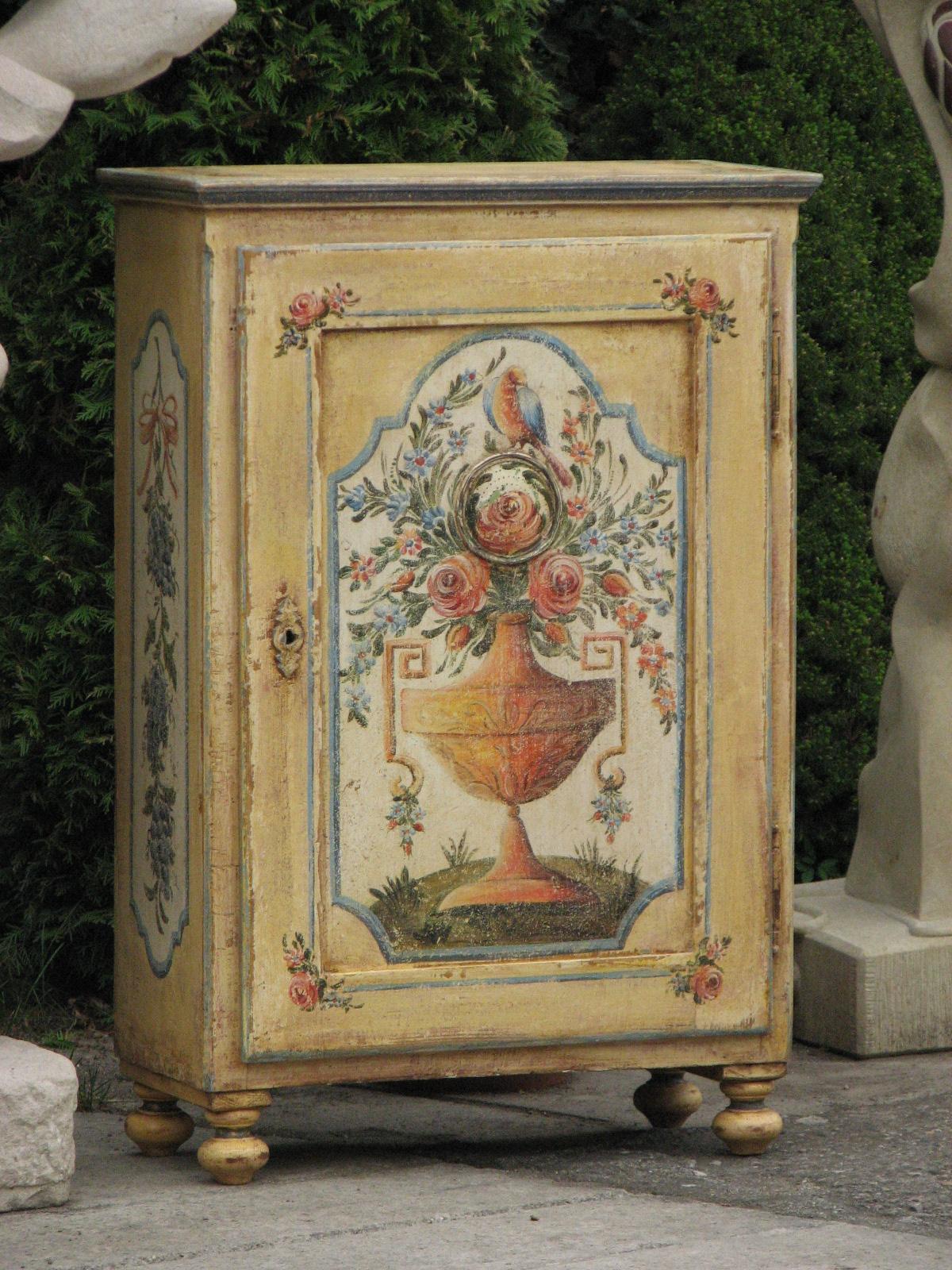 Malovaná skříňka na nožičkách žlutá s patinou