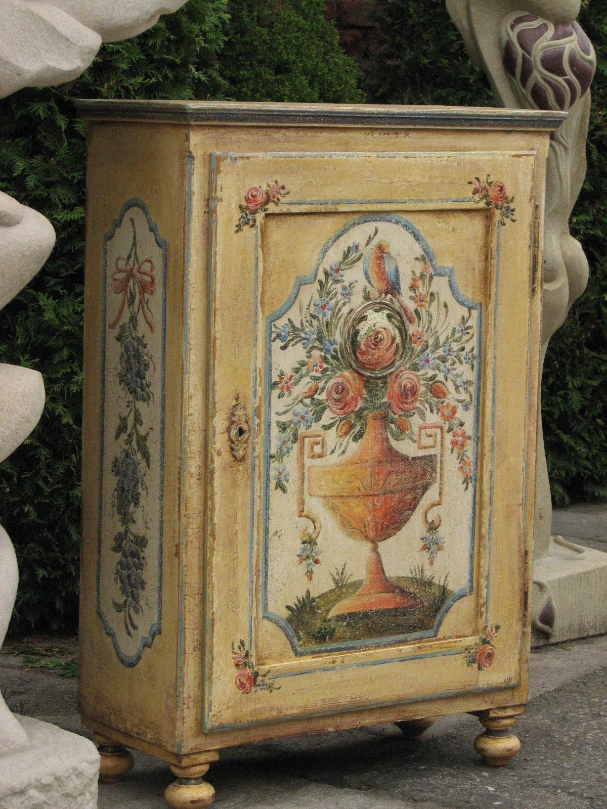 Malovaná skříňka na nožičkách žlutá s patinou 2