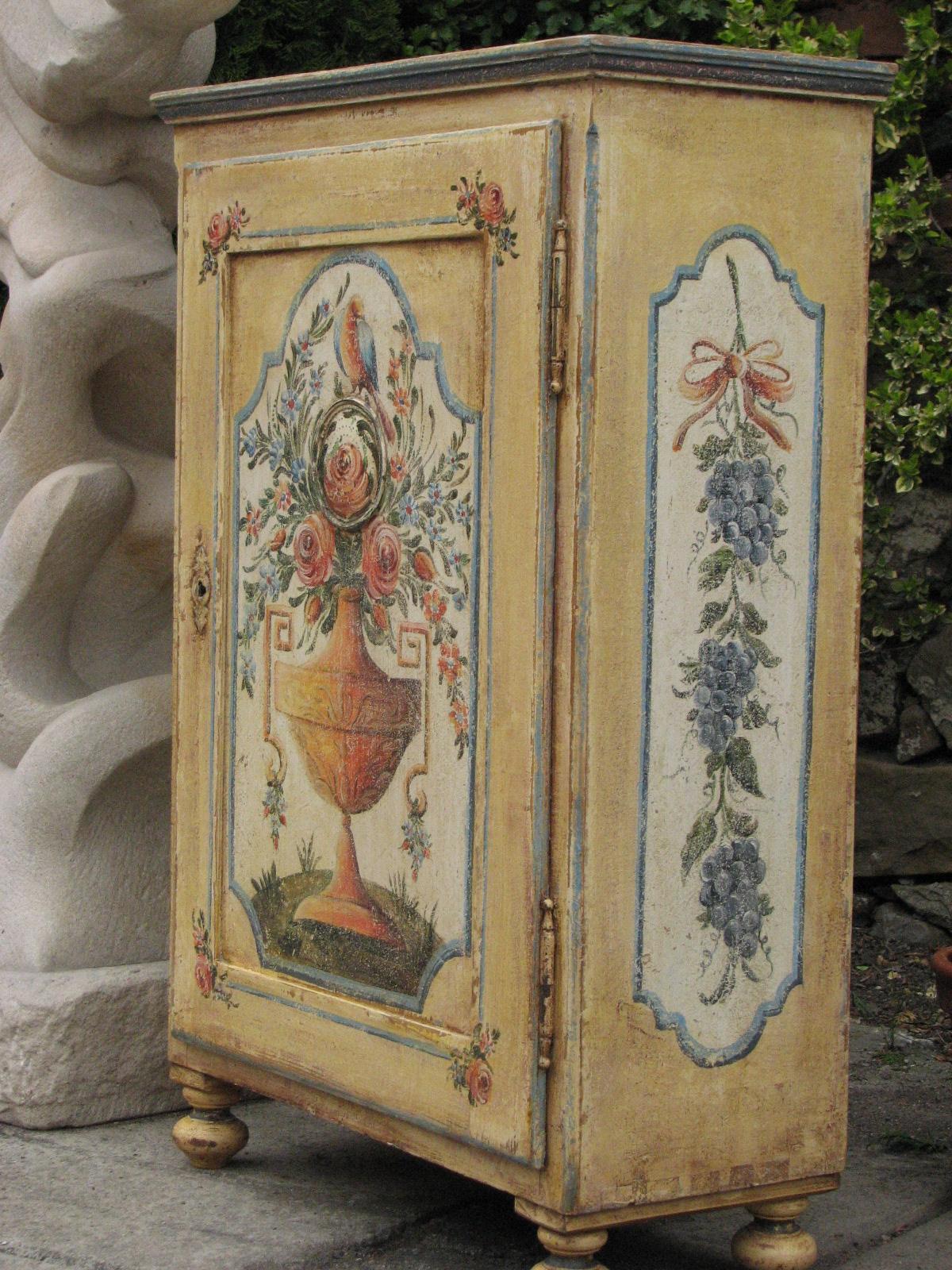 Malovaná skříňka na nožičkách žlutá s patinou 3