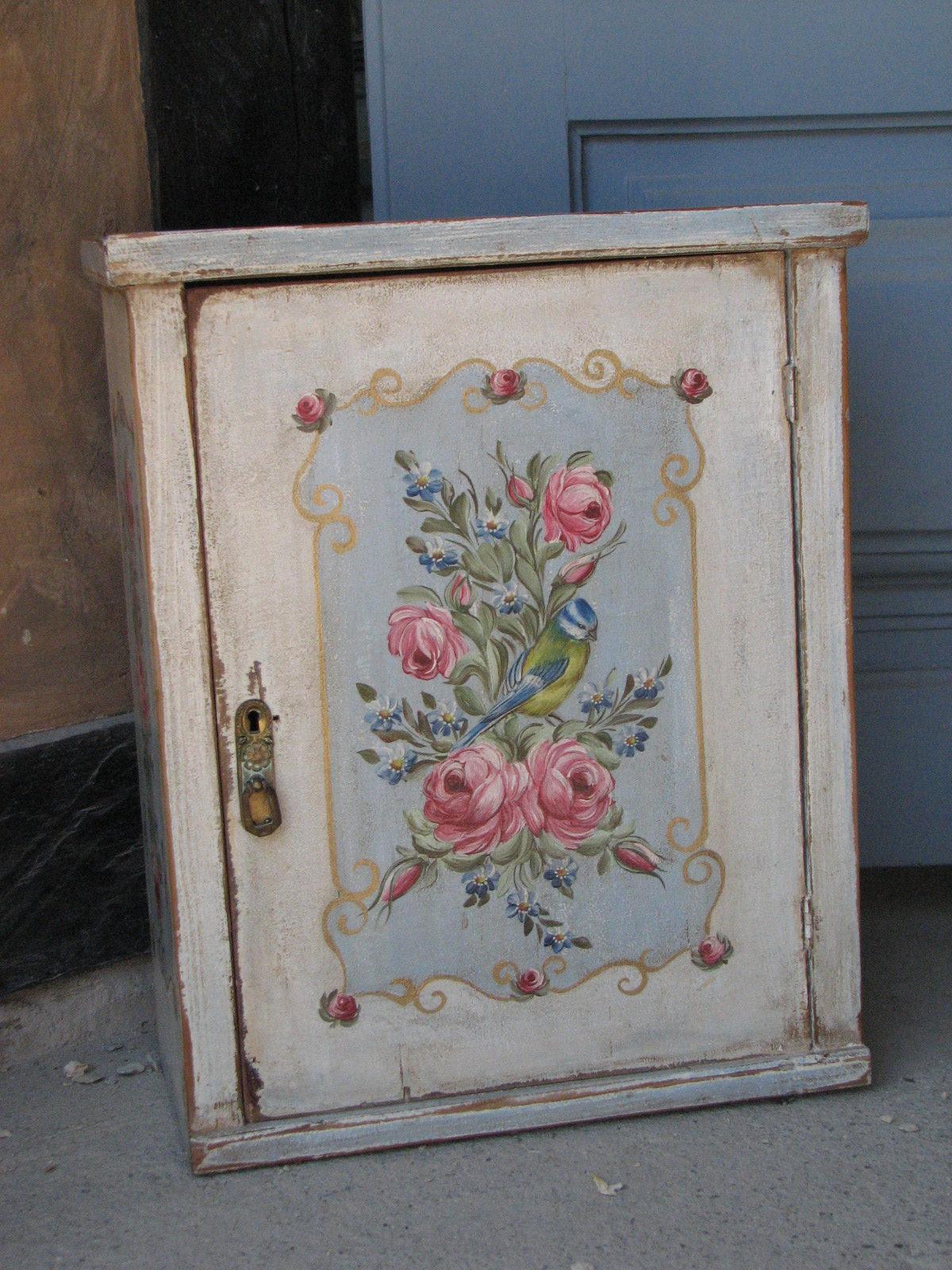 Závěsná malovaná skříňka - lékárnička s růžemi a sýkorkou 2