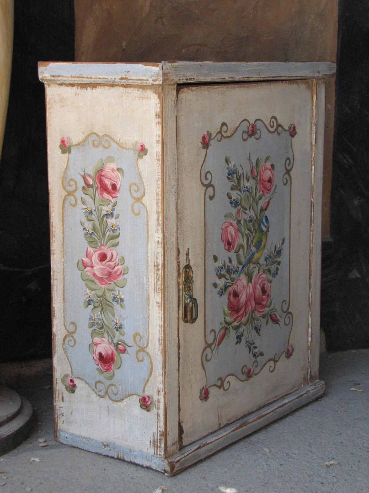 Závěsná malovaná skříňka - lékárnička s růžemi a sýkorkou levý bok