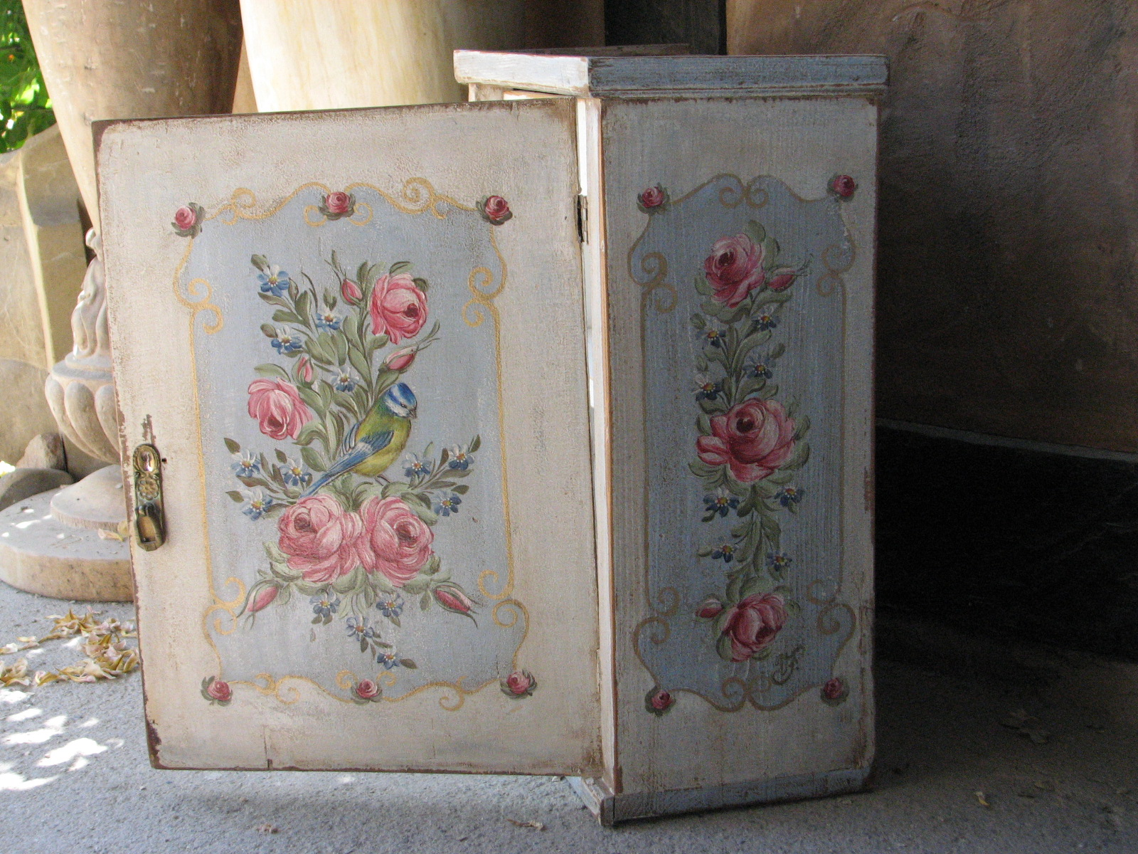 Závěsná malovaná skříňka - lékárnička s růžemi a sýkorkou pravý bok