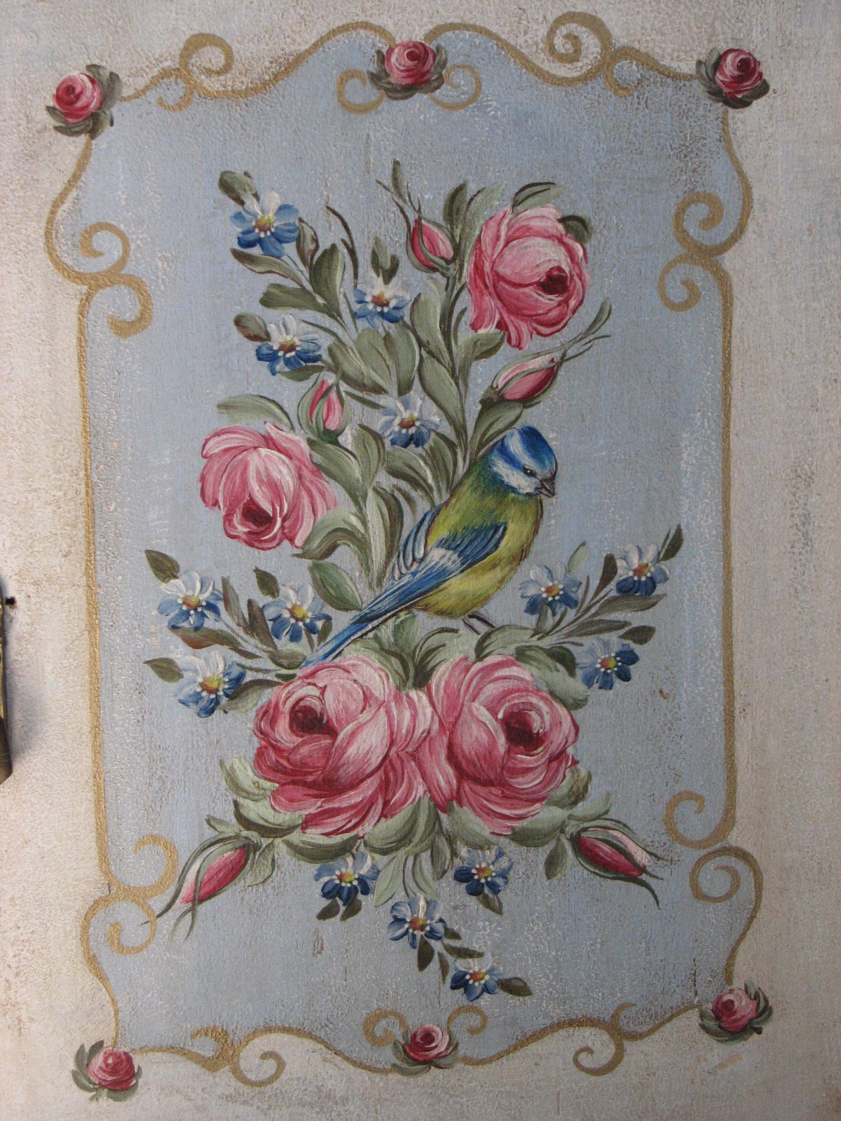 Závěsná malovaná skříňka - lékárnička s růžemi a sýkorkou detail