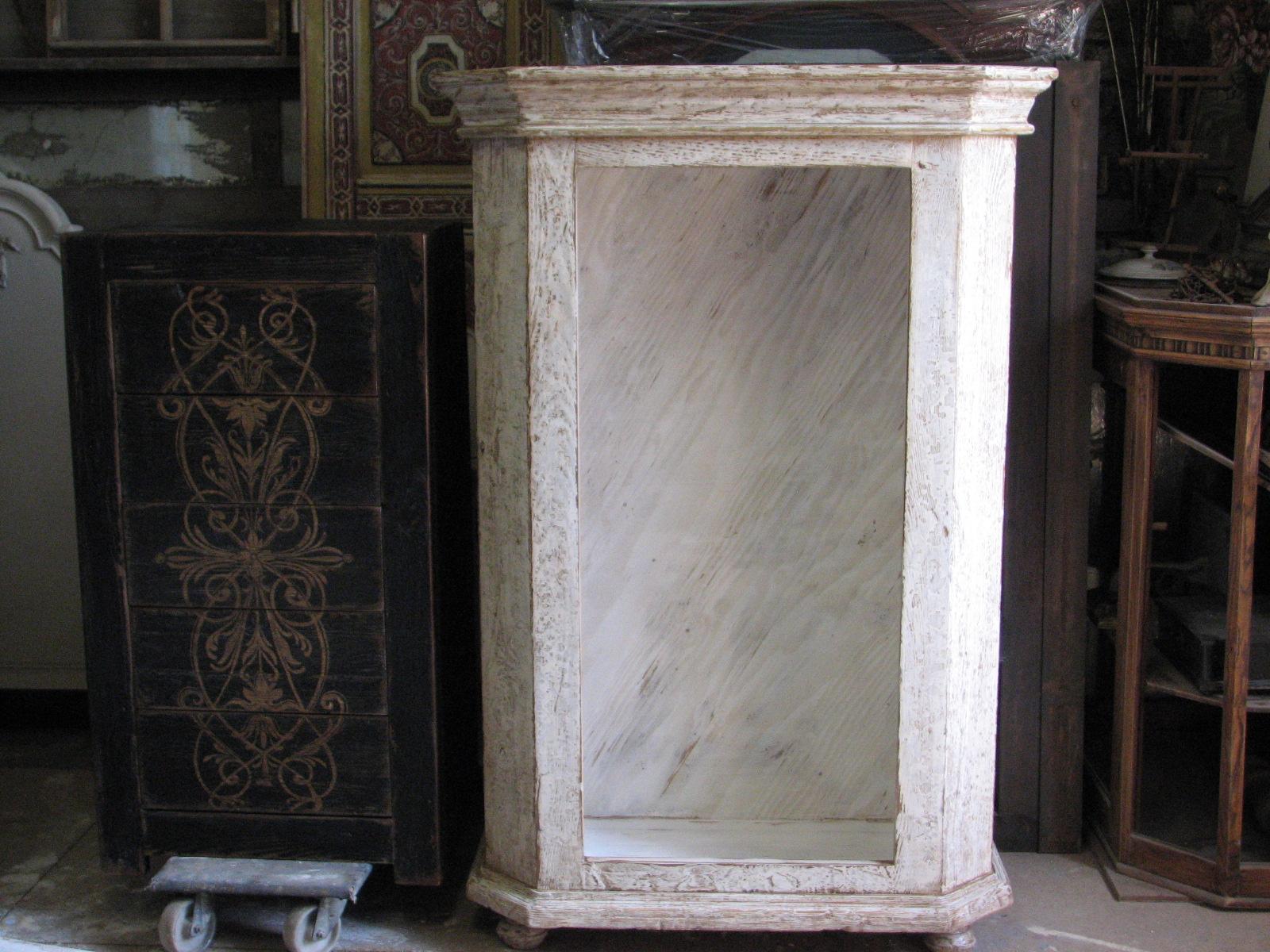 Dřevěná skříňka s výraznou patinou