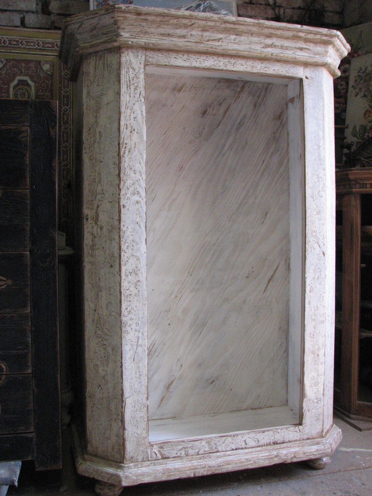 Dřevěná skříňka s výraznou patinou 2