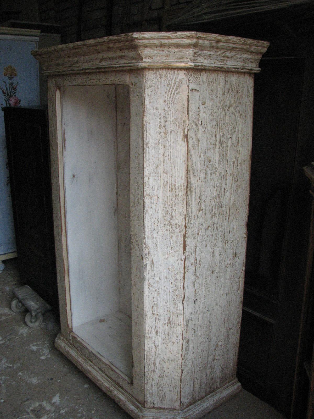 Dřevěná skříňka s výraznou patinou 3