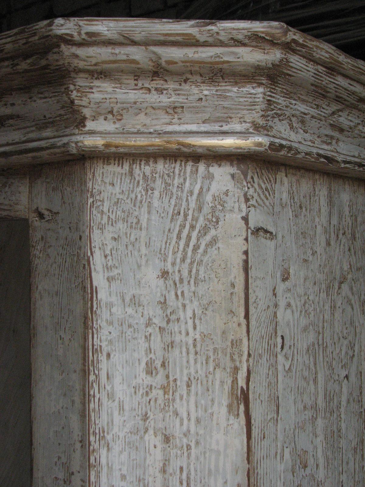 Dřevěná skříňka s výraznou patinou 4