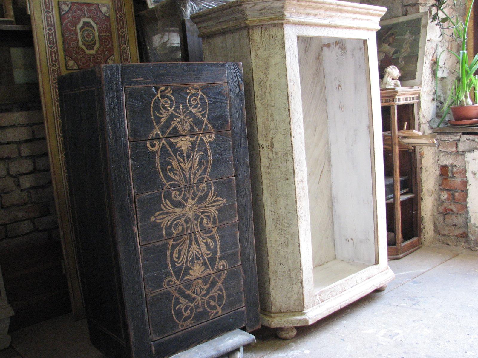 Dřevěná skříňka s výraznou patinou 6