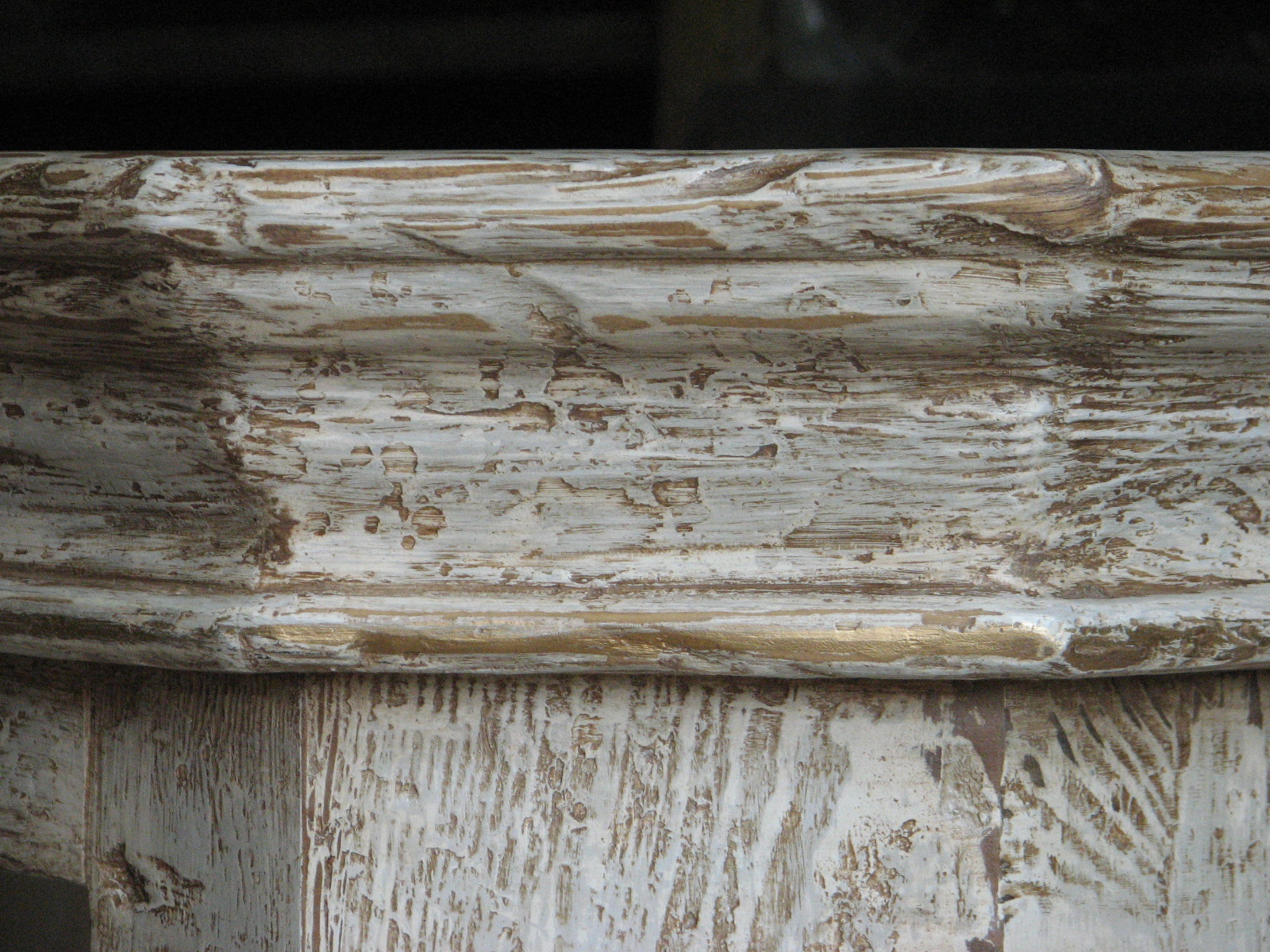 Dřevěná skříňka s výraznou patinou 7