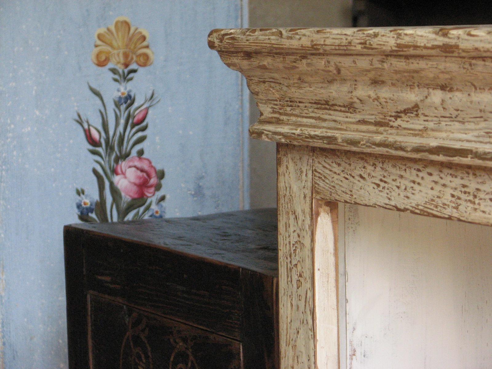 Dřevěná skříňka s výraznou patinou 8