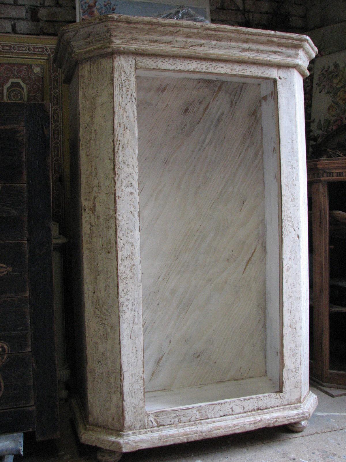 Dřevěná skříňka s výraznou patinou 9