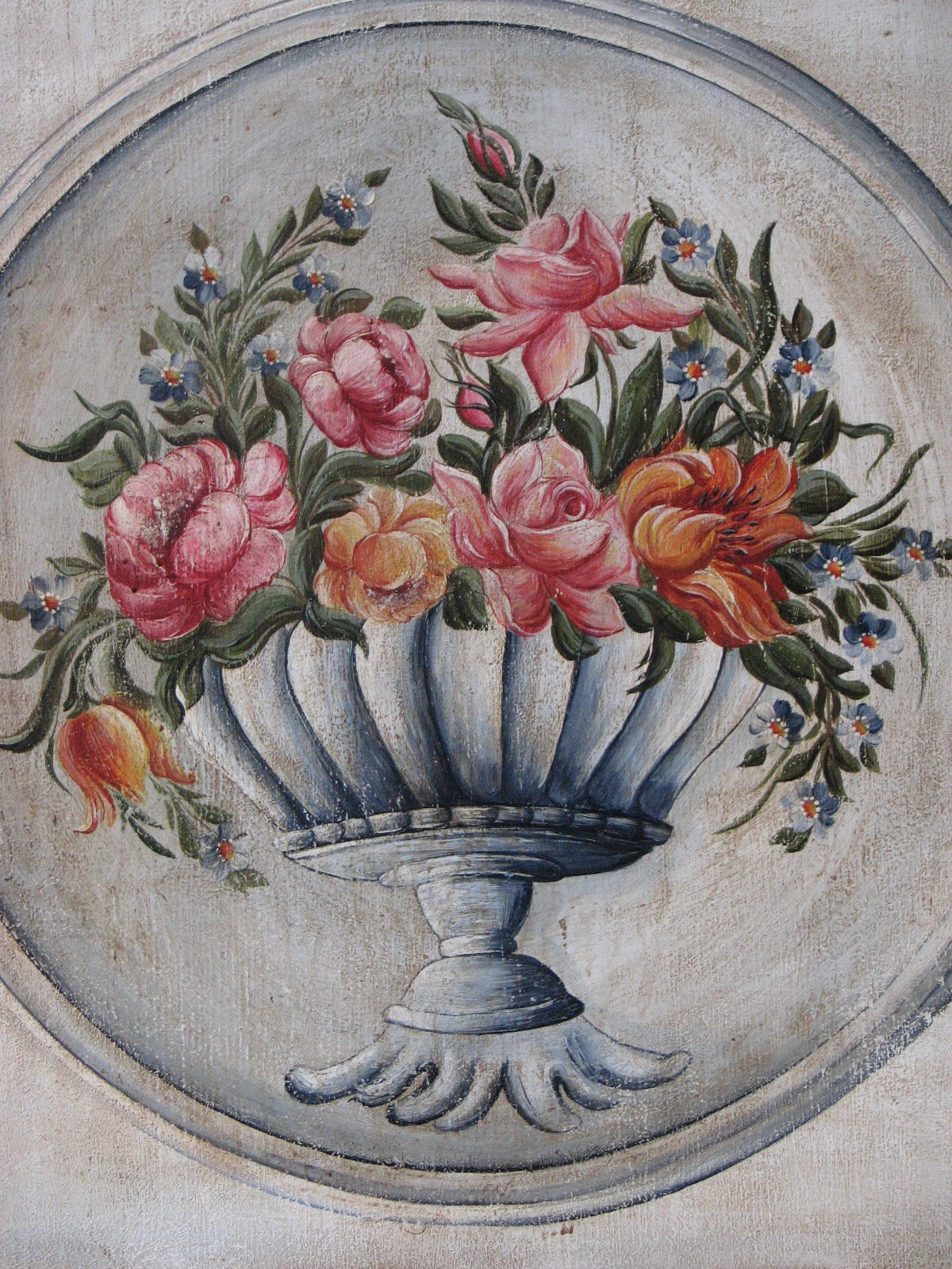 Malovaná selská modro-zlatá skříň s květinovým dekorem detail