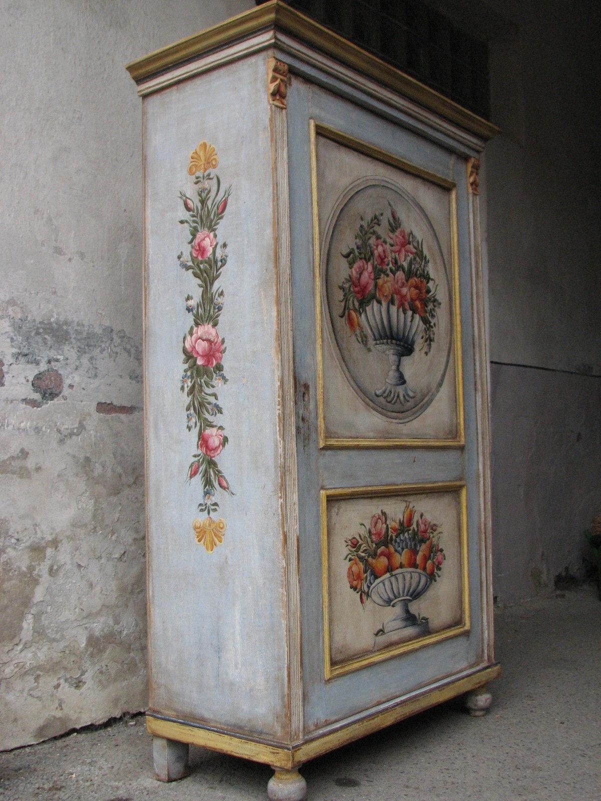 Malovaná selská modro-zlatá skříň s květinovým dekorem levý bok