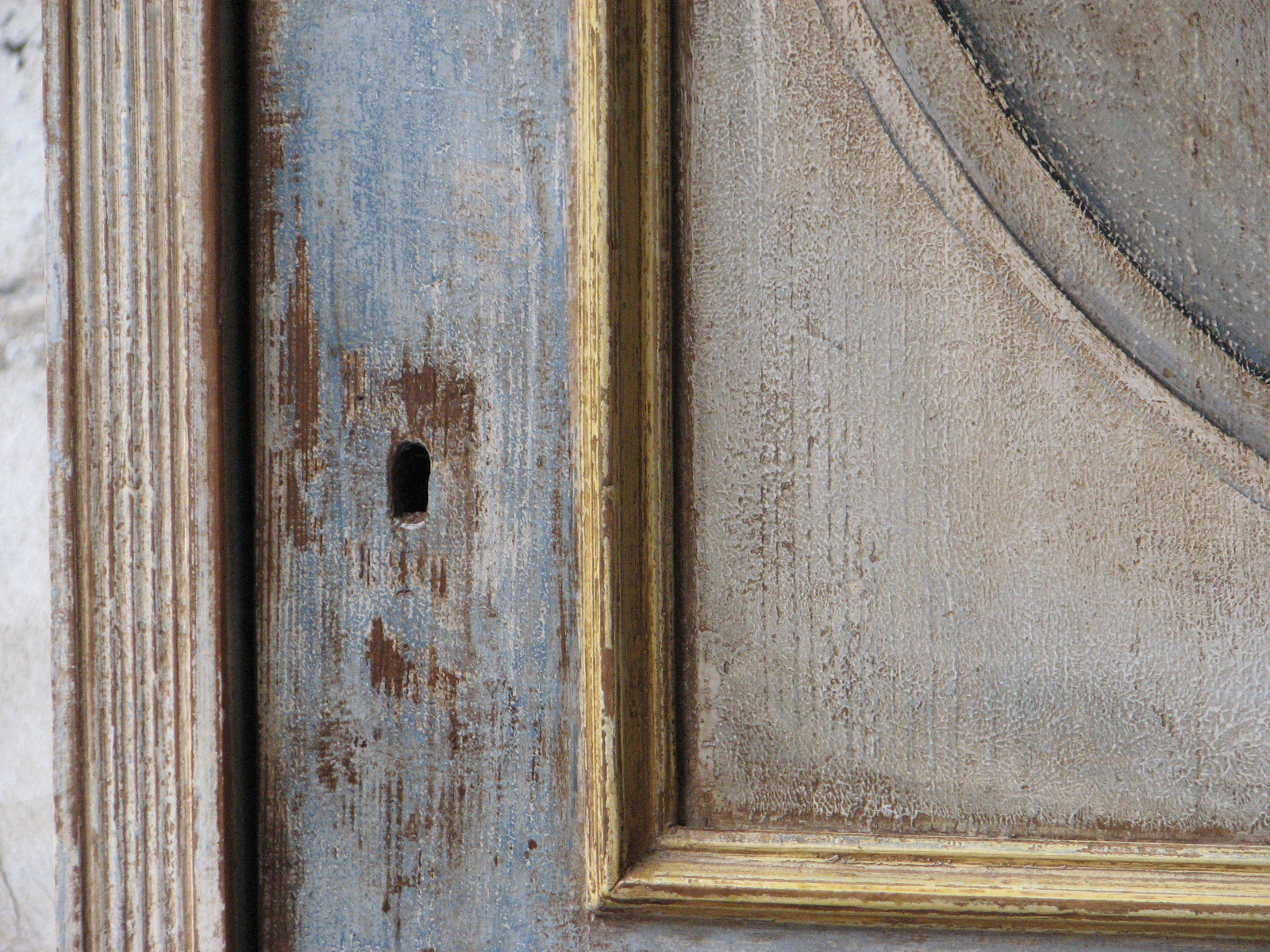 Malovaná selská modro-zlatá skříň s květinovým dekorem detail 2