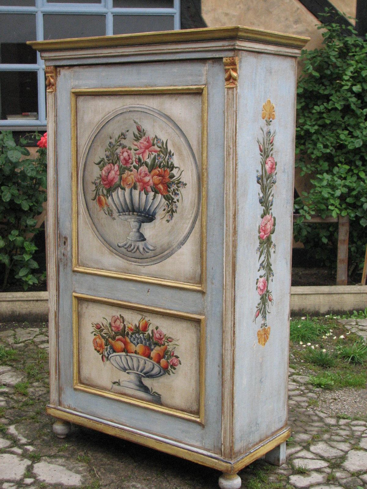 Malovaná selská modro-zlatá skříň s květinovým dekorem pravý bok