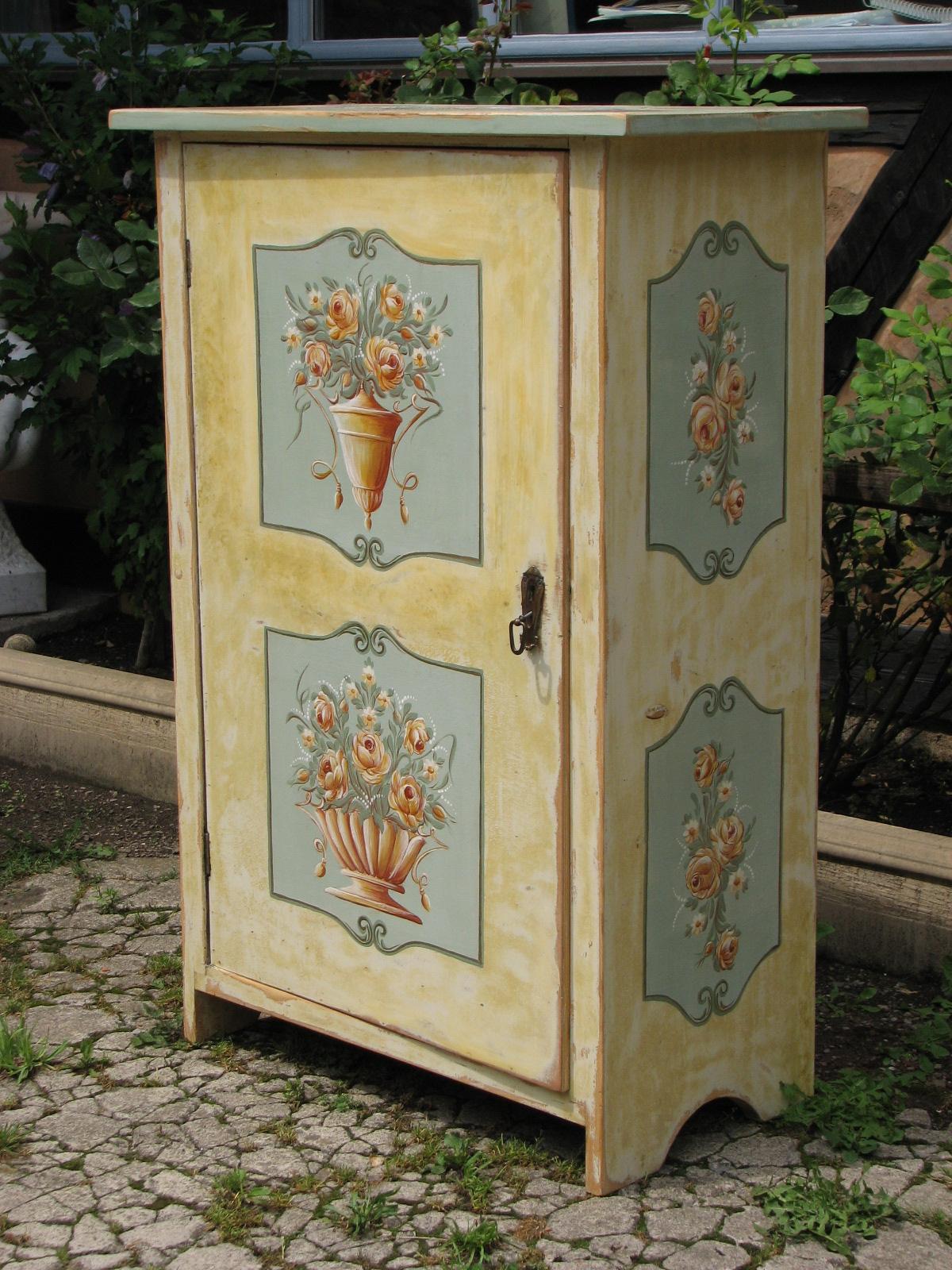 Malovaná žlutá květinová skříňka