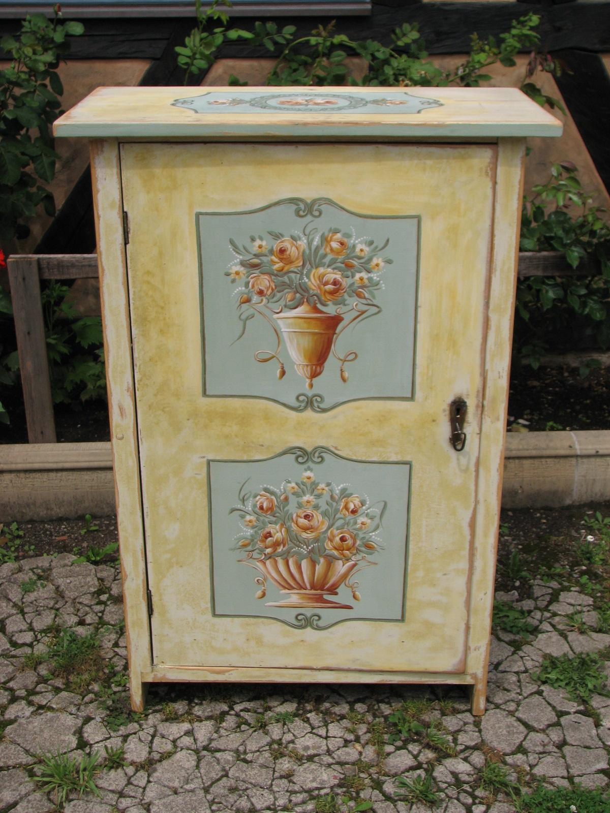 Malovaná žlutá květinová skříňka 2