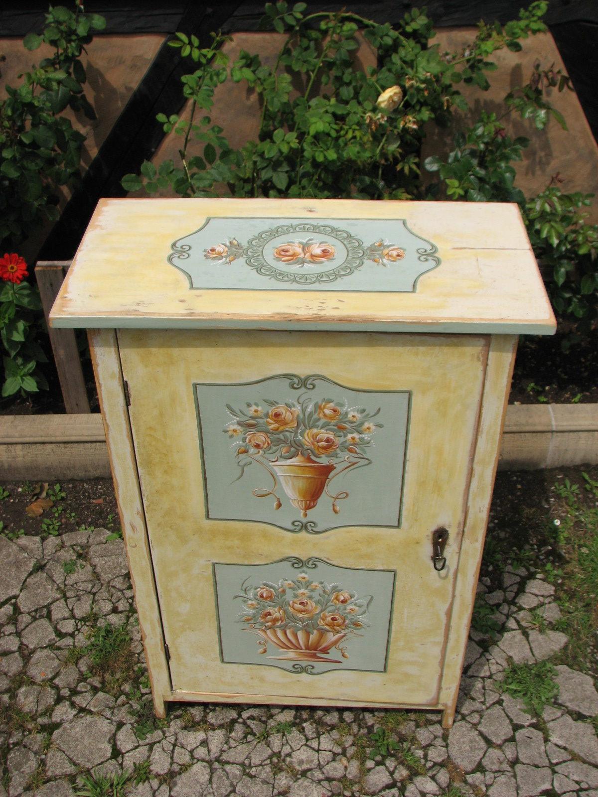 Malovaná žlutá květinová skříňka 3