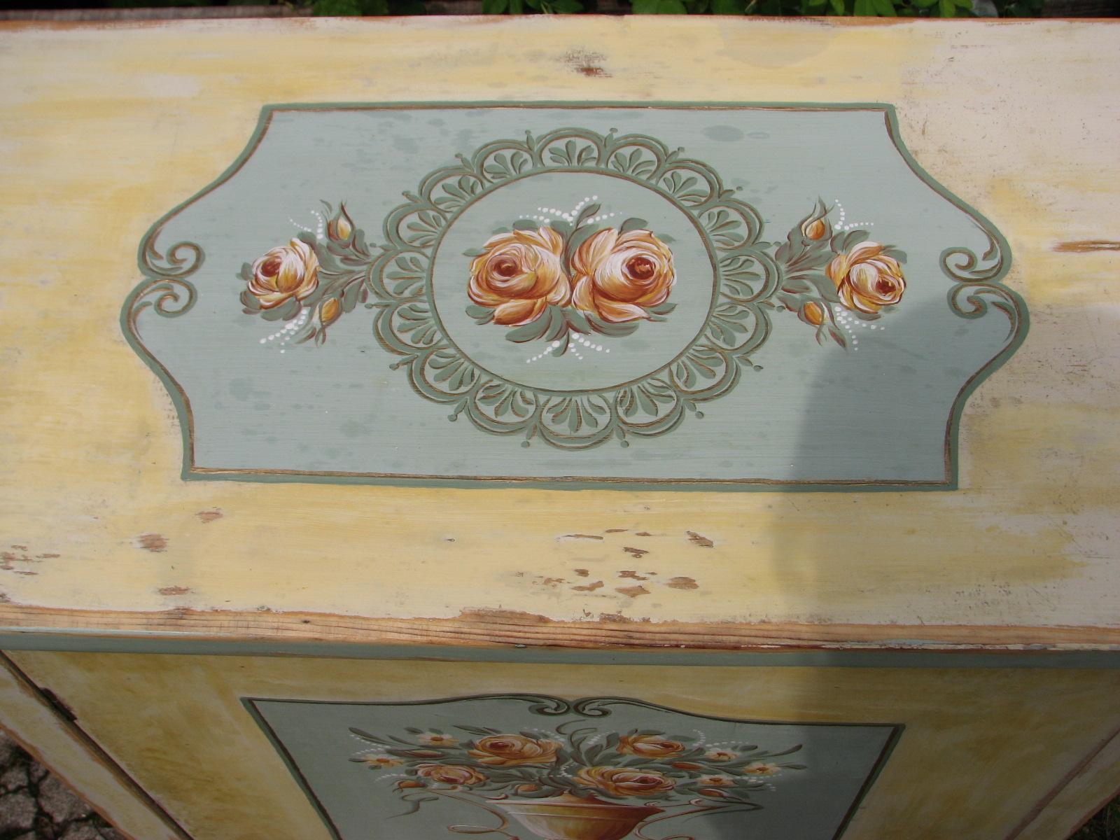 Malovaná žlutá květinová skříňka 4