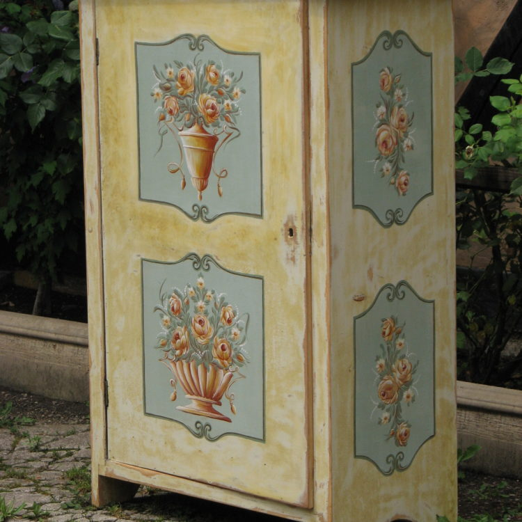 Malovaná žlutá květinová skříňka 5