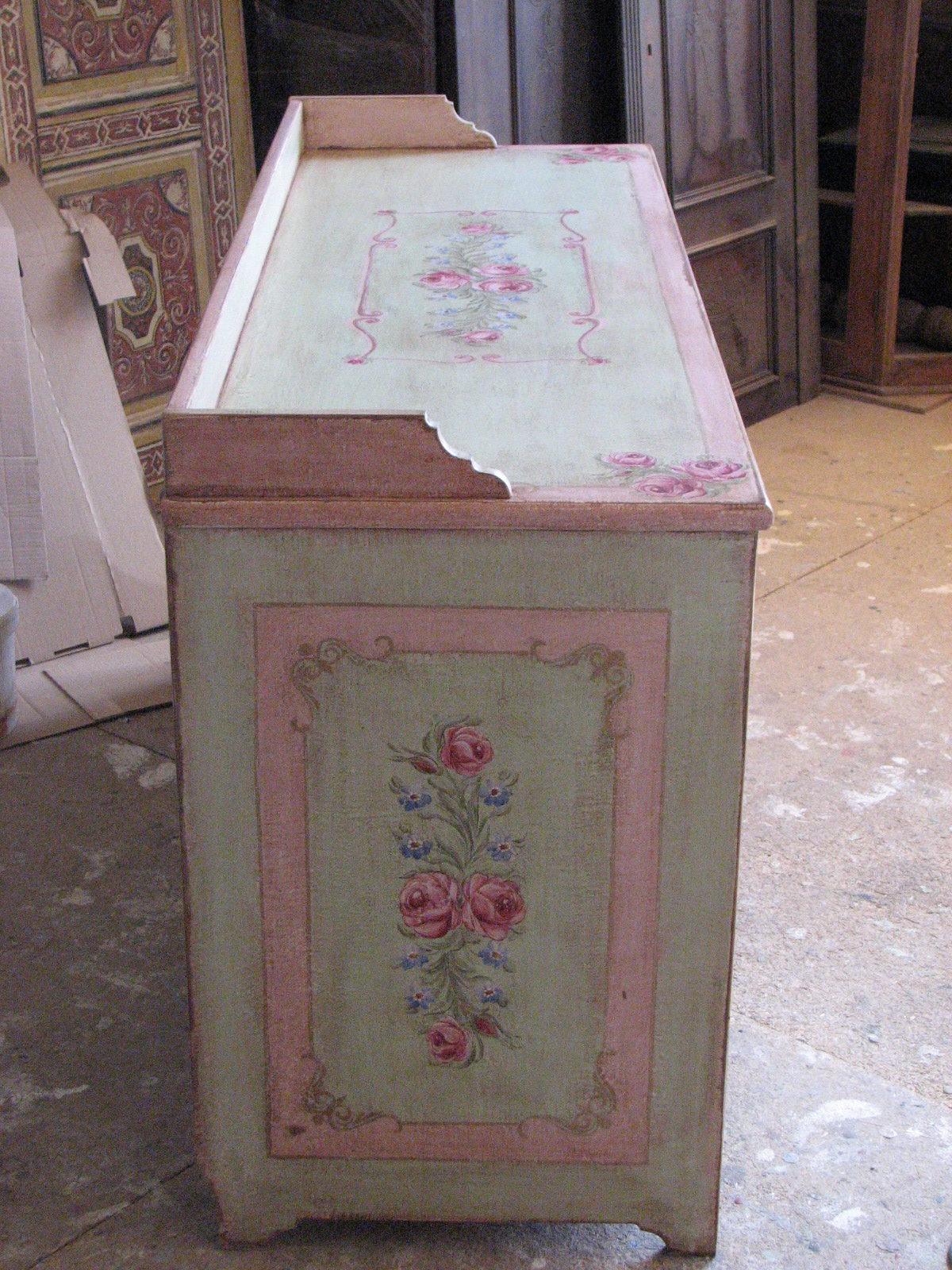 Malovaná komoda světle zelené a růžové barvy s motivy růží a pomněnek levý bok