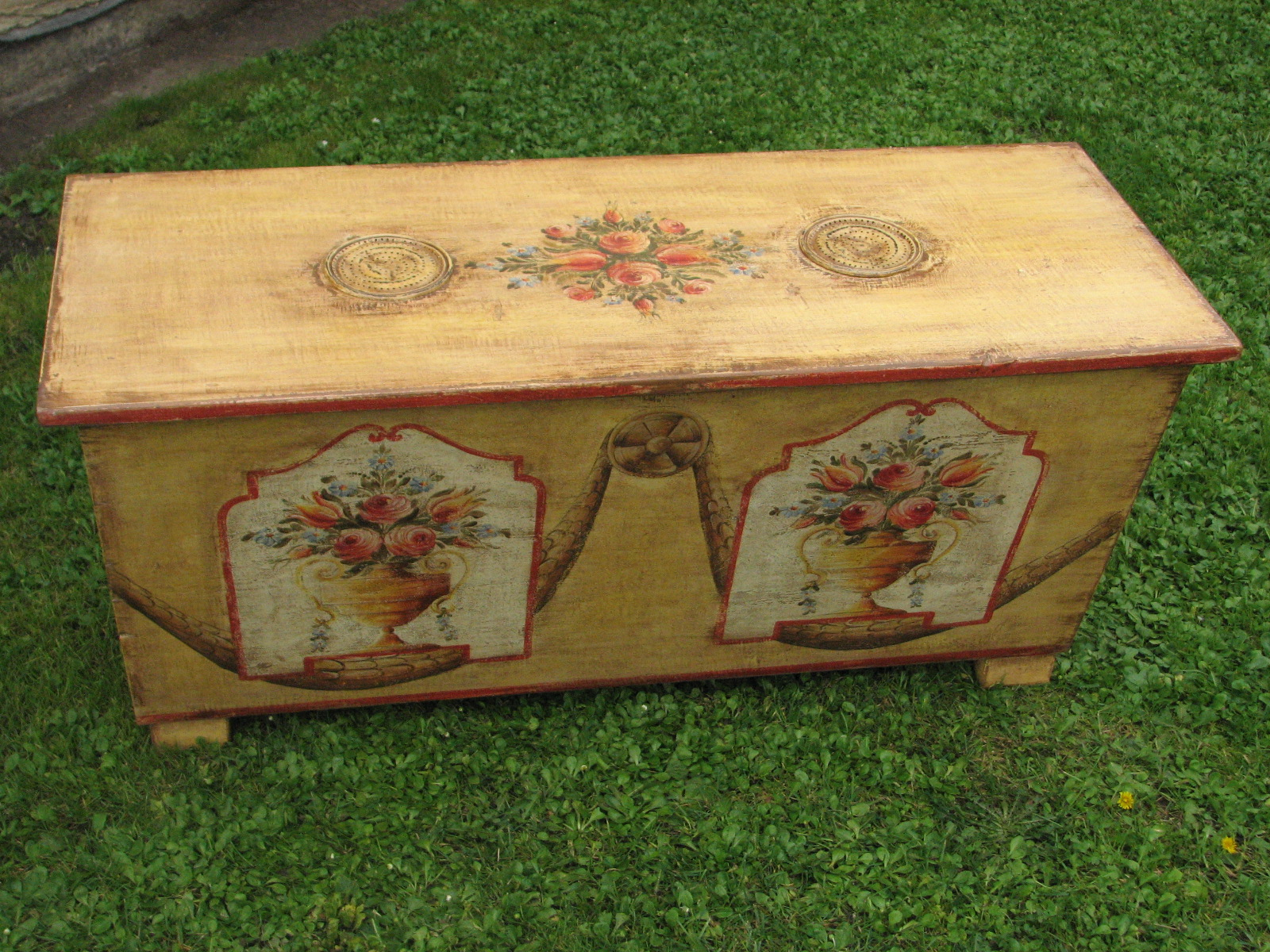 Malovaná truhla moučnice s květinovým motivem