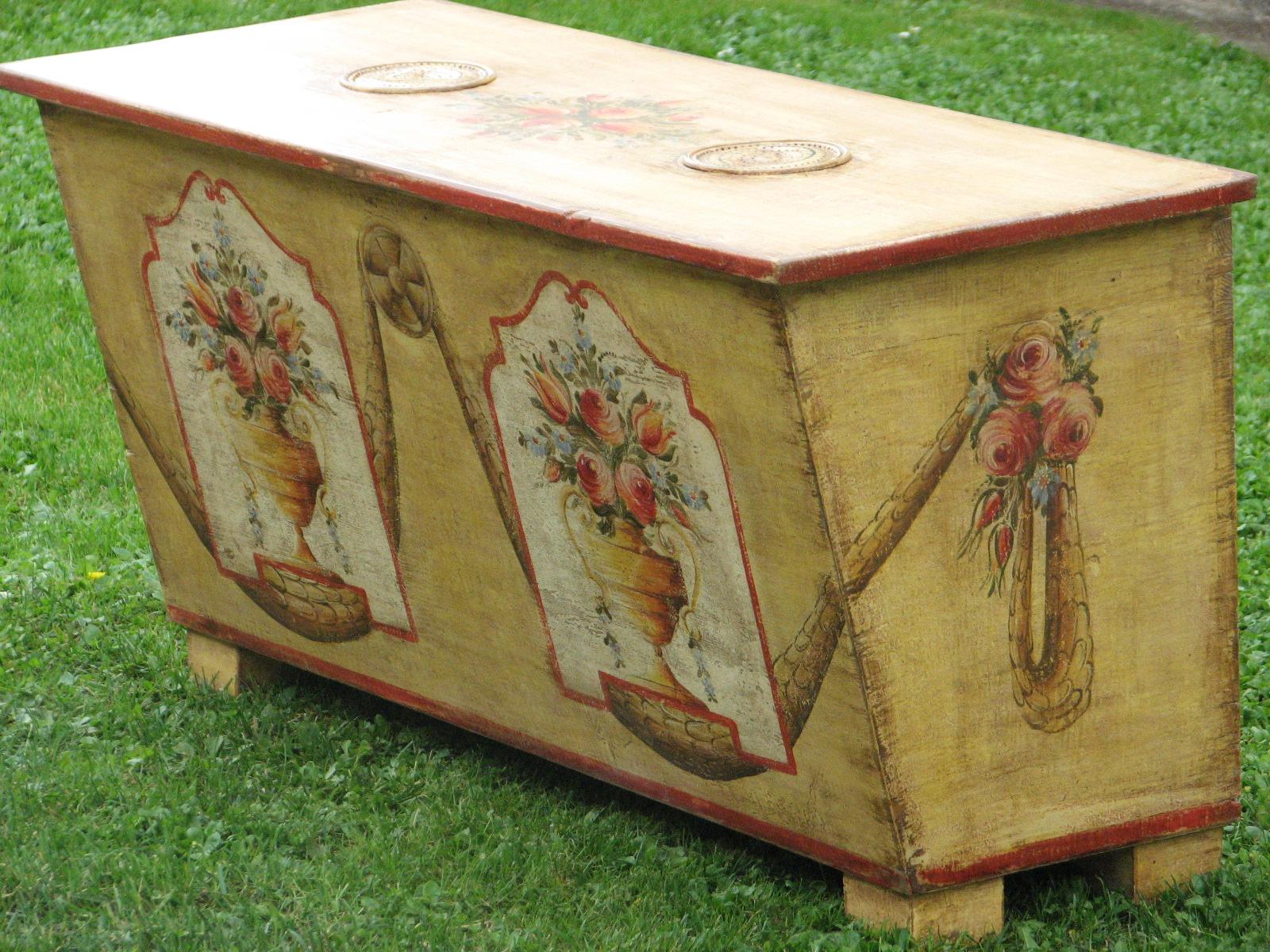 Malovaná truhla moučnice žlutá s květinovým motivem 3