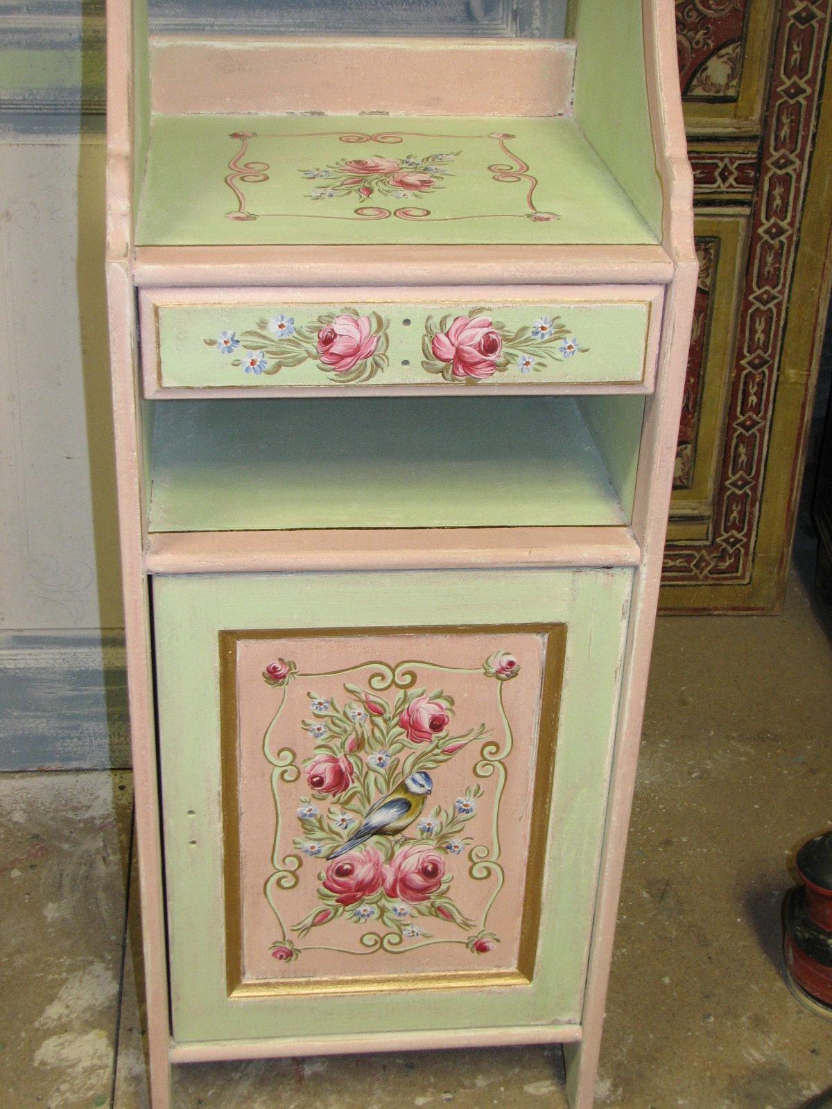 Romantická zelenorůžová malovaná skříňka s nástavcem s růžemi přední pohled