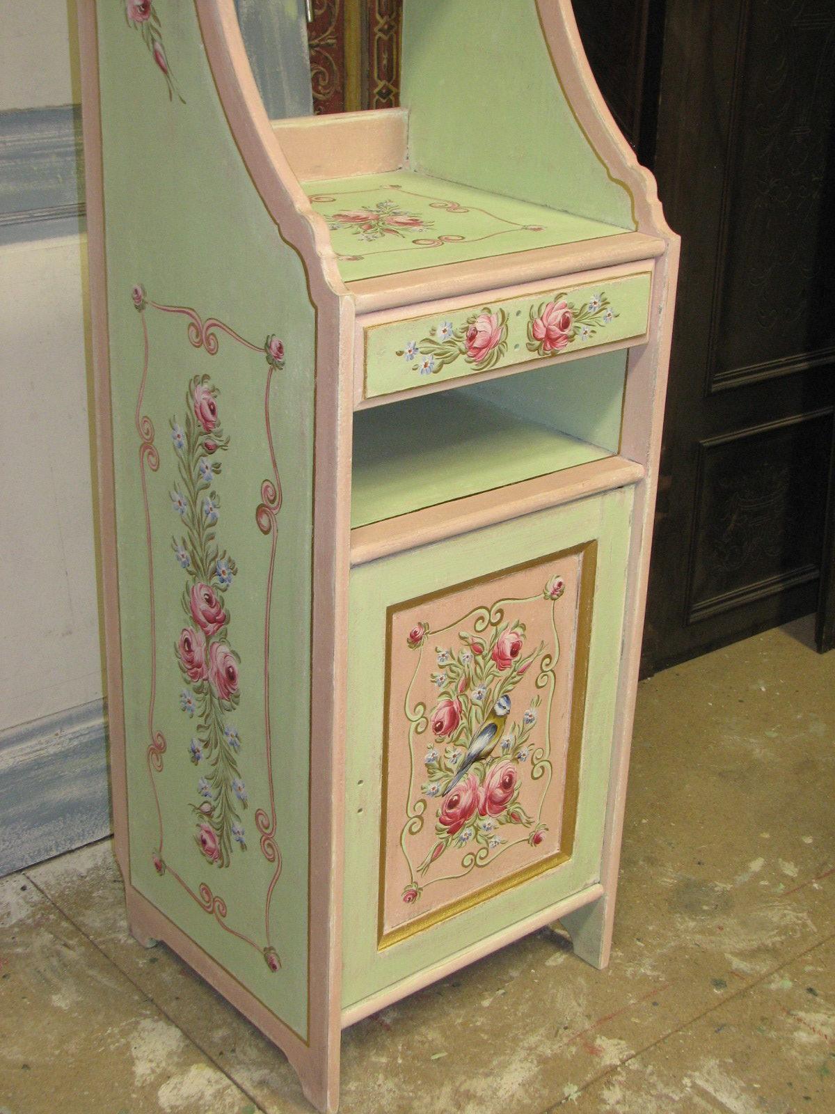 Romantická zelenorůžová malovaná skříňka s nástavcem s růžemi levý bok