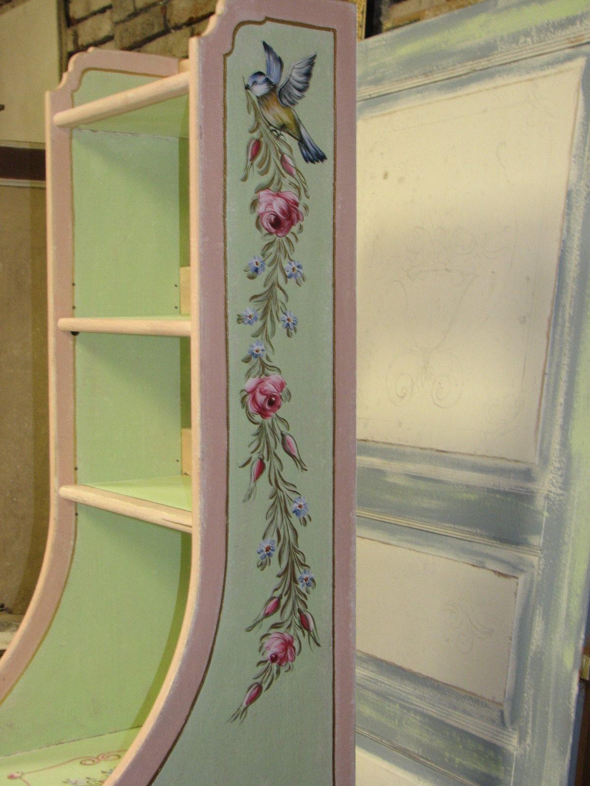 Romantická zelenorůžová malovaná skříňka s nástavcem s růžemi detail